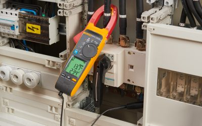 Las primeras pinzas amperimétricas industriales que permiten tomar medidas de tensión sin contacto de forma exacta, sin cables de prueba, mejorando la seguridad y la productividad.